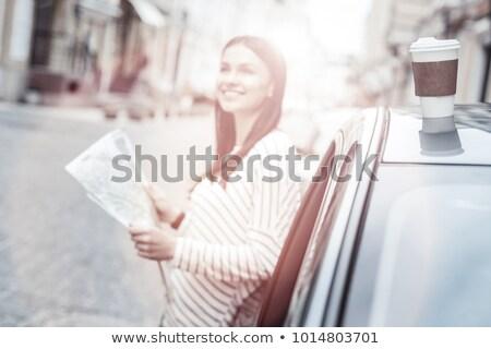 Jonge vrouw lezing kaart elektrische auto vrouw stad Stockfoto © IS2