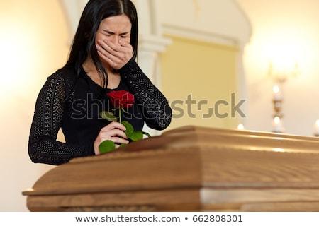 vrouw · kist · huilen · begrafenis · kerk · mensen - stockfoto © dolgachov