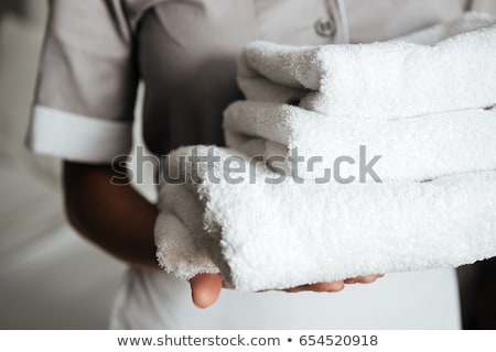 empregada · toalhas · quarto · de · hotel · sorridente · sorrir - foto stock © is2