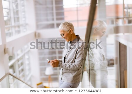 altos · mujer · de · negocios · teléfono · sonriendo · hablar - foto stock © boggy