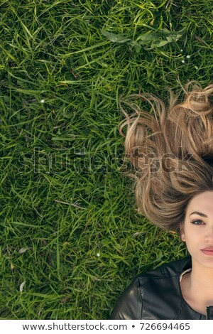 Sonhador jovem grama parque sessão Foto stock © deandrobot