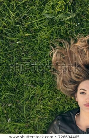 Dromerig jong meisje leggen gras park vergadering Stockfoto © deandrobot