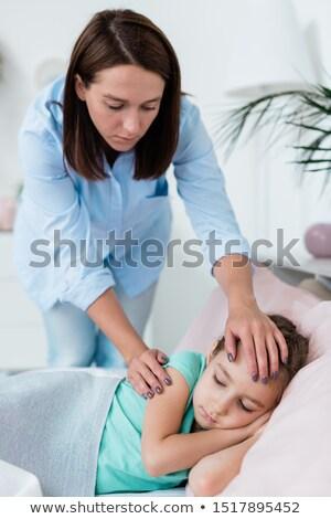 Fiatal óvatos anya görbület beteg kicsi Stock fotó © pressmaster