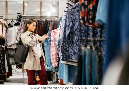 Shopping · femme · vêtements · vente · excité - photo stock © konradbak