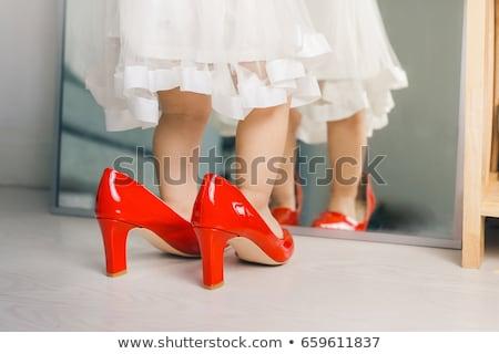 Weinig dochter moeders schoenen groot glimlachend Stockfoto © nyul