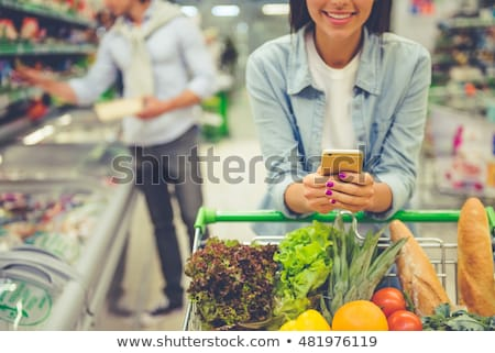 Hombre teléfono móvil compras comestibles tienda primer plano Foto stock © deandrobot