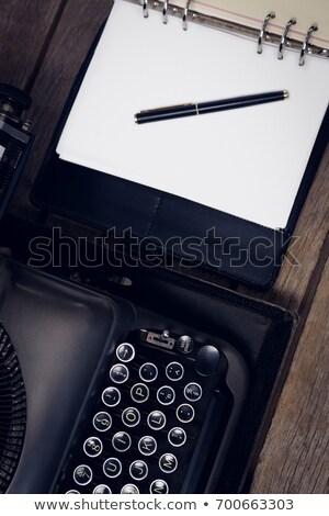 Vue machine à écrire stylo à encre ouvrir journal Photo stock © wavebreak_media