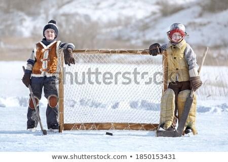 Dwa młodych chłopców bramy ściany Zdjęcia stock © IS2