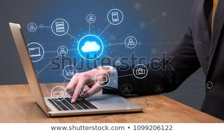 Zdjęcia stock: Biznesmen · garnitur · wpisując · multimedialnych · powyżej · tabeli