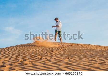 homem · areia · vermelho · deserto · salpico - foto stock © galitskaya