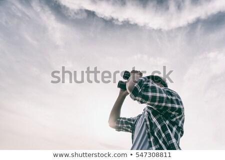 徒步旅行者 · 看 · 雙筒望遠鏡 · 享受 · 壯觀 · 視圖 - 商業照片 © photography33