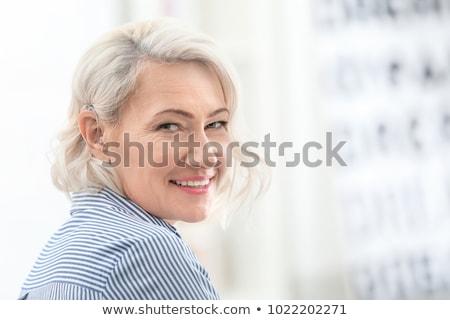 nő · tart · hallókészülék · közelkép · kéz · egészség - stock fotó © kzenon