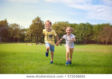 gelukkig · jonge · broer · zus · lopen · buiten - stockfoto © feverpitch