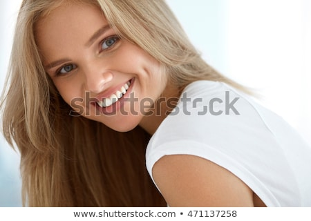 dentaires · dents · parfait · sourire · femme · pointant - photo stock © hasloo
