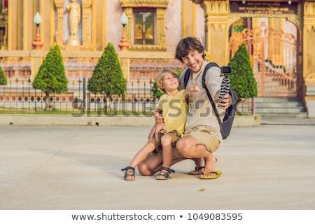 Apa fia turisták néz fontos templom Phuket Stock fotó © galitskaya