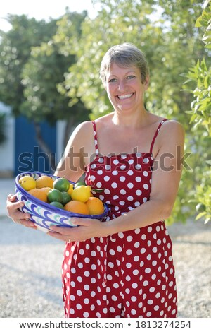 Landbouwer vrouw oogst sinaasappelen boomgaard aanbieden Stockfoto © Kzenon