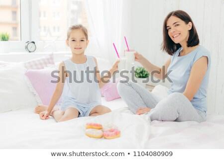 Portret gelukkig jonge moeder klein dochter Stockfoto © vkstudio