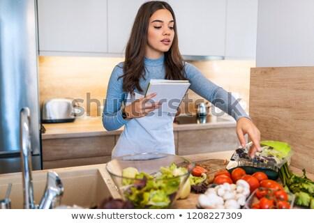 lectura · libro · de · cocina · cocina · mirando · receta - foto stock © wavebreak_media