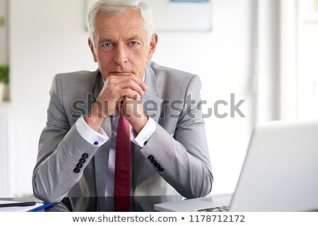 Grave vecchio uomo d'affari pensare nero studio Foto d'archivio © feedough