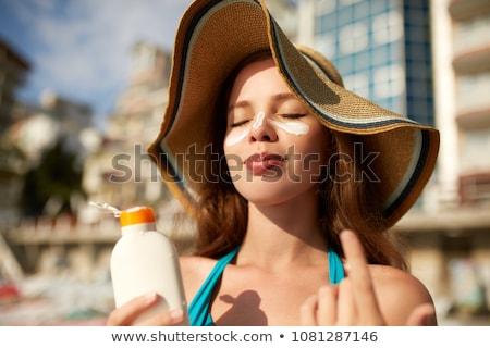Cura della pelle spiaggia donna prendere il sole protezione solare corpo Foto d'archivio © Maridav