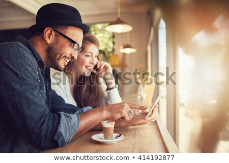 Digitale tablet amici coffee shop Foto d'archivio © wavebreak_media
