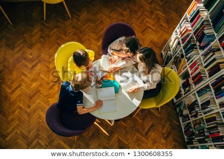 Bambini seduta top scaffali istruzione lettura Foto d'archivio © IS2