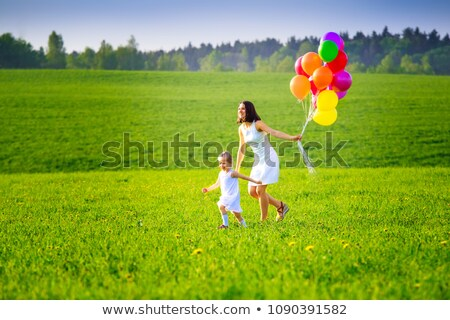 Foto stock: Menina · feliz · corrida · prado · colorido · balões · pais