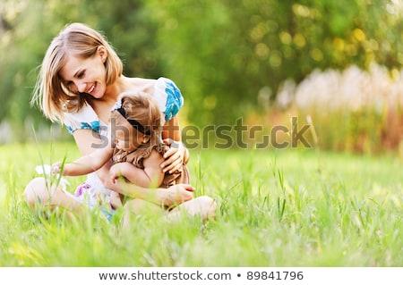 Jungen Mutter Tochter grünen Gras Seitenansicht Hüte Stock foto © master1305