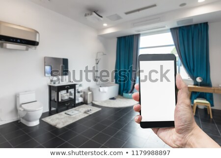 Foto stock: Homem · telefone · móvel · tela · banheiro · branco