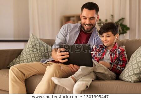 Vader zoon luisteren naar muziek familie vaderschap technologie Stockfoto © dolgachov