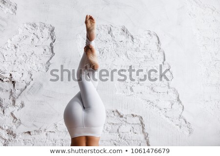 Gyönyörű fiatal nő áll lábak keresztbe egészalakos kép Stock fotó © feedough