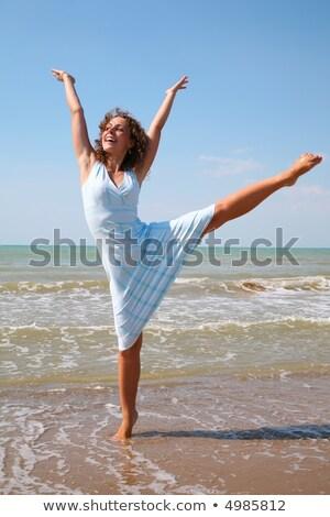 mulher · jovem · exercer · borda · mar · céu · mãos - foto stock © Paha_L