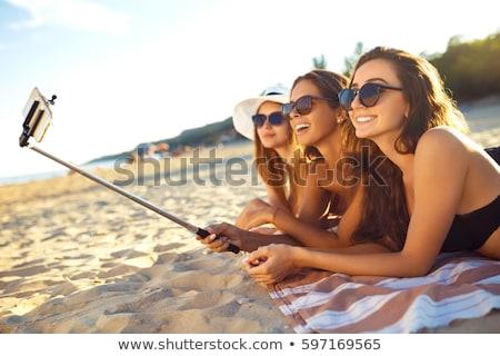Tomar el sol nina playa cielo manos teléfono Foto stock © jossdiim