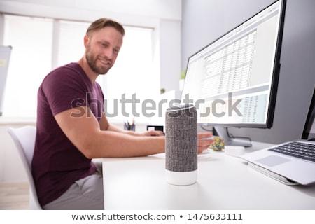 férfi · zenét · hallgat · drótnélküli · hangszóró · laptop · otthon - stock fotó © andreypopov