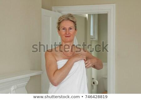 Olgun kadın havlu etrafında kadın temizlemek Stok fotoğraf © IS2