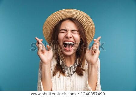 Hurlant jolie femme posant isolé bleu mur Photo stock © deandrobot