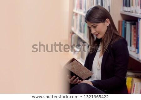 Menina prateleiras para livros leitura ver prateleira de livros atraente Foto stock © lichtmeister
