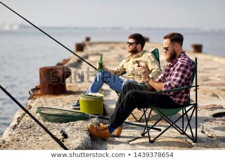 Vrienden smartphone bier vissen pier recreatie Stockfoto © dolgachov