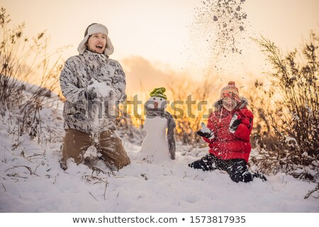 Szczęśliwą rodzinę ciepłe ubrania uśmiechnięty syn ojca snowman Zdjęcia stock © galitskaya