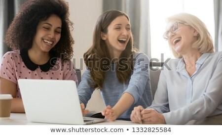 tre · donne · soggiorno · parlando · sorridere · donna - foto d'archivio © is2