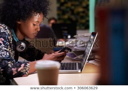 Onderneemsters smartphone laat nacht kantoor business Stockfoto © dolgachov