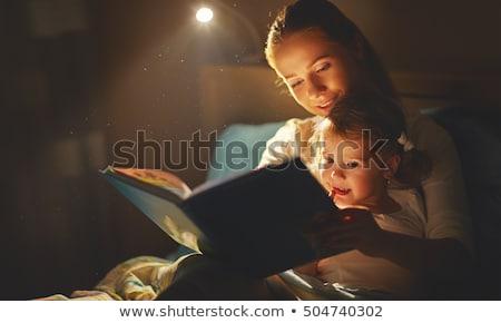 Madre lectura cuento familia sonrisa nino Foto stock © artisticco