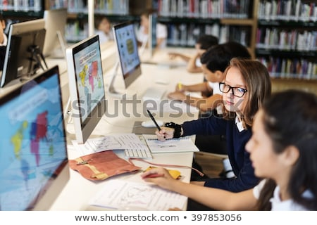 Junge Mädchen Lernen Geographie Schule Sitzung Schreibtisch Stock foto © stryjek