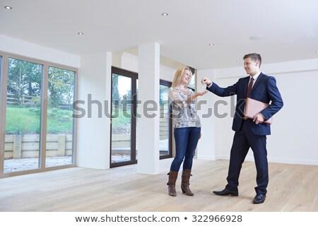 Mulher teclas propriedade corretor de imóveis escritório Foto stock © HighwayStarz