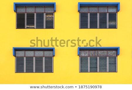 Vier Grunen Fenster Gelb Wand Haus Stock Foto C Yongkiet