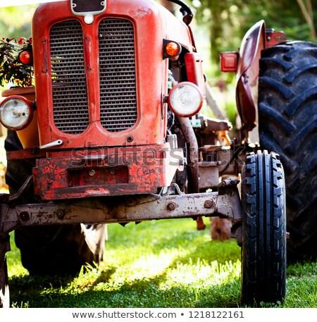 Oude Rood trekker motor vintage Stockfoto © Klinker