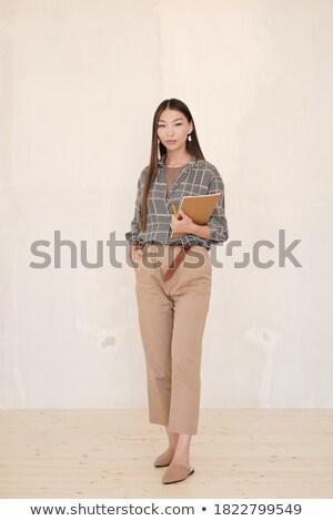 Mujer de negocios pie blanco pared mirando tableta Foto stock © d13