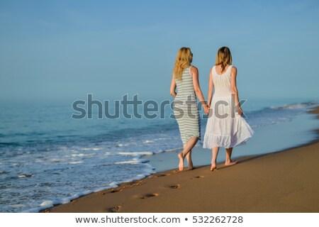Blick zurück zwei junge Frauen Fuß Sommer Resort Stock foto © deandrobot