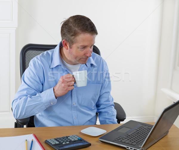 Homem maduro potável café trabalhar copo Foto stock © tab62