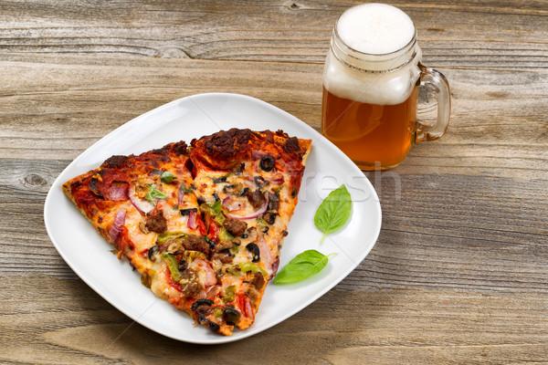Fatias pizza cerveja pronto comer mesa de madeira Foto stock © tab62